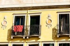 Fenêtres traditionnelles démodées à Venise, Italie photo libre de droits