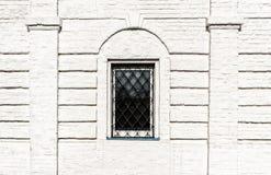 Fenêtres une sur le mur de briques blanc Image stock