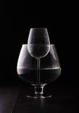 Fenómeno físico de la ampliación del agua con la copa de vino Fotografía de archivo