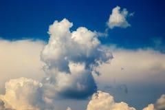 Fenómeno natural atmosférico de nubes hermosas en el cielo Fotos de archivo libres de regalías