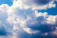 Fenómeno natural atmosférico de nubes hermosas en el cielo Foto de archivo