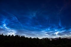 Fenômeno atmosférico de nuvens de brilho da noite noctilucent das nuvens imagem de stock