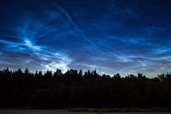 Fenômeno atmosférico de nuvens de brilho da noite noctilucent das nuvens fotografia de stock