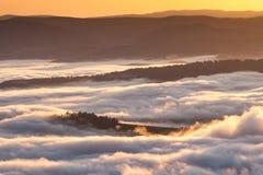 Fenômeno do tempo do verão Paisagem sazonal com névoa da manhã no vale As nuvens embeberam o vale abaixo do nível das montanhas imagem de stock