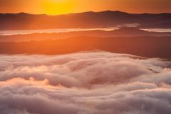 Fenômeno do tempo do verão Paisagem sazonal com névoa da manhã no vale As nuvens embeberam o vale abaixo do nível das montanhas fotografia de stock