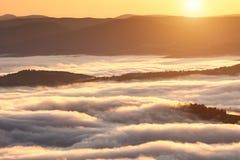 Fenômeno do tempo do verão Paisagem sazonal com névoa da manhã no vale As nuvens embeberam o vale abaixo do nível das montanhas foto de stock royalty free