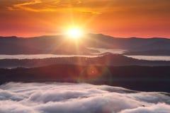 Fenômeno do tempo do verão Paisagem sazonal com névoa da manhã no vale As nuvens embeberam o vale abaixo do nível das montanhas imagem de stock royalty free