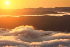 Fenômeno do tempo do verão Paisagem sazonal com névoa da manhã no vale As nuvens embeberam o vale abaixo do nível das montanhas fotografia de stock royalty free