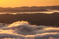 Fenômeno do tempo do verão Paisagem sazonal com névoa da manhã no vale As nuvens embeberam o vale abaixo do nível das montanhas imagens de stock royalty free