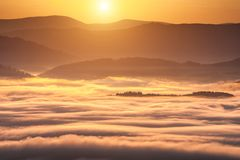 Fenômeno do tempo do verão Paisagem sazonal com névoa da manhã no vale As nuvens embeberam o vale abaixo do nível das montanhas fotos de stock