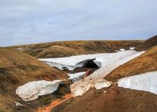 Fenômeno natural bonito na reserva natural de Fjallabak, montanhas de Islândia Túnel de derretimento de fluxo da neve do lance do imagem de stock royalty free