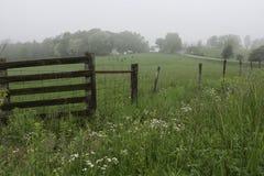 Fenceline op een Appalachian landbouwbedrijf royalty-vrije stock foto's
