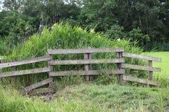 Fench de madeira no campo imagens de stock