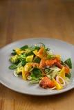 Fenchelsalat mit geräuchertem Lachs, Orange und Avocado Stockbilder
