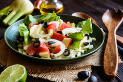 Fenchelsalat mit Pampelmuse, Apfel, Stielsellerie und Oliven Stockbild