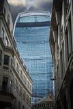 Fenchurch gataskyskrapa som inramas av äldre klassiska byggnader i London royaltyfria bilder