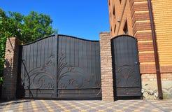 fencing De bouw van Granietomheining met Ontwerp Decoratieve Gebarsten Wilde Steen Royalty-vrije Stock Afbeelding