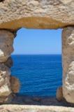 Fenda com opinião do mar Imagem de Stock