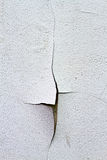 Fenda parede rachada e dilapidada da parede danificada Fotografia de Stock