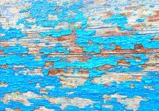 Fendant et épluchant la peinture de turquoise sur un mur Fond en bois de cru Images stock