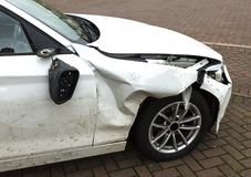 Fender szkoda w rozbijającym samochodzie zdjęcia stock