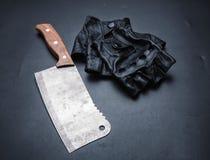 Fendoir de viande et gants en cuir fingerless Photo stock