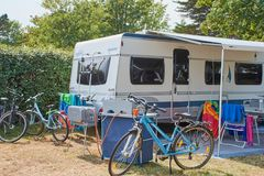 Fendt husvagn på en campingplats i Benodet, Frankrike royaltyfri fotografi