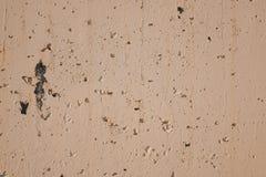 Fendu vers le haut du mur en pierre beige, fermez-vous  image stock