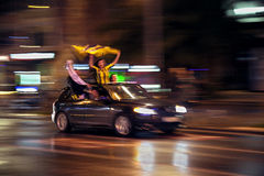 Fenerbahçe fotboll Team Fans i en bil Arkivbild