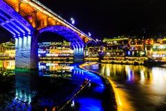 fenghuang古镇夜视图 免版税库存图片