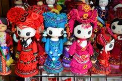 Fenghuang, Κίνα - 15 Μαΐου 2017: Οι χειροποίητες κούκλες πωλούνται ως αναμνηστικά από την Κίνα στα εθνικά ενδύματα Στοκ φωτογραφίες με δικαίωμα ελεύθερης χρήσης