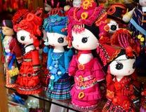 Fenghuang, Κίνα - 15 Μαΐου 2017: Οι χειροποίητες κούκλες πωλούνται ως αναμνηστικά από την Κίνα στα εθνικά ενδύματα Στοκ Εικόνα