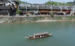 FENGHUANG - 13. April: Hölzerne Boote mit Touristen bei Fenghuang Stockfotos