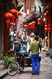 Fenghuang, China - 15 de maio de 2017: Povos que andam em torno da rua na cidade de Phoenix Fenghuang Fotos de Stock