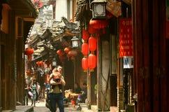 Fenghuang, China - 15 de maio de 2017: Povos que andam em torno da rua na cidade de Phoenix Fenghuang Foto de Stock Royalty Free