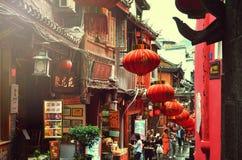 Fenghuang, China - 15 de maio de 2017: Povos que andam em torno da rua na cidade de Phoenix Fenghuang Imagem de Stock Royalty Free