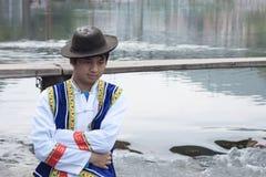 FENGHUANG, CHINA, EL 29 DE OCTUBRE DE 2011: Hombre chino joven en traditio Fotos de archivo