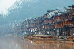 Fenghuang, China - 10. Januar 2015: Boote auf dem Tuojiang-Fluss, alte Stadt Fenghuang Stockfoto