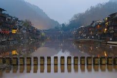 Fenghuang, China - 10. Januar 2015: Eine Sprungbrettbrücke überspannt den Tuojiang-Fluss, der die Mitte durchschneidet Lizenzfreies Stockbild