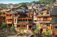 Fenghuang, China - Mei 15, 2017: De oude bouw met mensen in voedselhof op rivieroever dichtbij Phoenix Hong Bridge in Fenghuang Royalty-vrije Stock Afbeelding