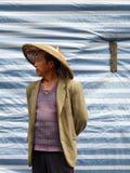 Fenghuang, China - Mei 2009: Midden oude mens die een traditie dragen stock afbeelding