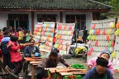 FENGHUANG, CHINE, LE 28 OCTOBRE 2011 : Enfants chinois tirant de à Images stock