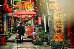 Fenghuang Chiny, Maj, - 15, 2017: Starego człowieka odprowadzenie wokoło ulicy w Phoenix Fenghuang mieście Obrazy Stock