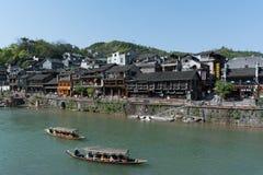 FENGHUANG - 13 de abril: Barcos de madeira com os turistas no ANC de Fenghuang Imagem de Stock