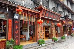 Fenghuang Kina - Maj 15, 2017: Shoppar gatan nära Phoenix Hong Bridge i Fenghuang Royaltyfria Bilder