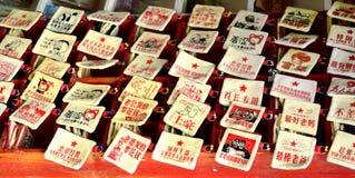Fenghuang Kina - Maj 15, 2017: Souvenirfacket på marknad shoppar gatan nära Phoenix Hong Bridge i Fenghuang Arkivfoton