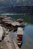 Fenghuang - lungofiume con le barche fotografie stock