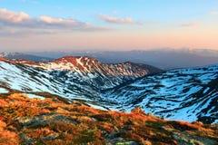 Fenomenalny widok od gazonu czarowny wschód słońca, nieprawdopodobny niebo, góry w śniegu obrazy stock