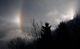 Fenomeno del sole di alone nelle montagne della Slovacchia Fotografie Stock
