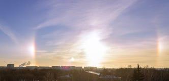 Fenomeno della natura - alone intorno al sole in un giorno gelido Immagine Stock